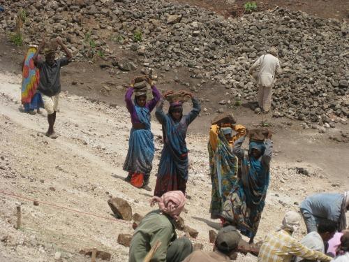 Women_carrying_rocks